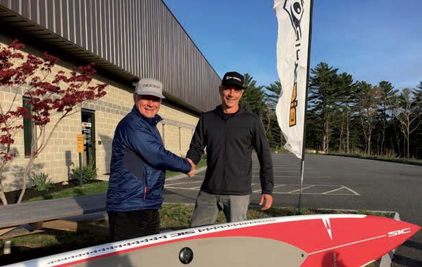 La stretta di mano fra XXX e Anthony Scaturro – Presidente di FLOW Sports Inc, proprietaria del marchio SIC