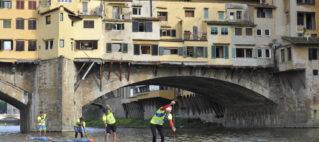 Il gruppo di testa in un passaggio suggestivo sotto il ponte vecchio web